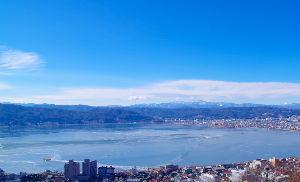 信州自然談話室 今日の諏訪湖です。 見た目は結構全面凍っていますが、あちこちに隙間があります。 少し寒さが緩みました