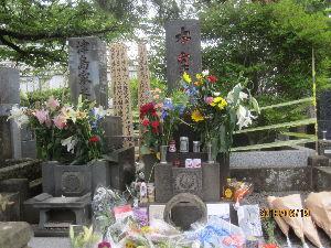 お暇な時間にどうぞ~♪ 昨日、東京・三鷹市の禅林寺へ行きました。 桜桃忌に、文豪・太宰治の墓に参拝しました。 多くの参拝者で