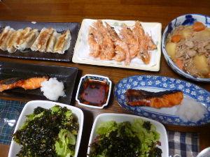 ももの家の晩御飯(´∀`) 12日メニュー  ぎょうざ 肉じゃが 甘エビから揚げ 鮭の塩麹漬け サラダ