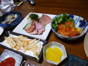 ももの家の晩御飯(´∀`) 6日メニュー  (これも食べかけ) エビチリ ポテト あさりの酒むし とり&豚ハム たくあん