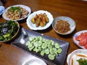 ももの家の晩御飯(´∀`) 9日メニュー  しょうが焼き 大学芋 きんぴら トマト サラダ そらまめ 冷奴