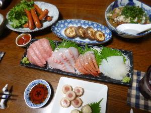 ももの家の晩御飯(´∀`) 21日メニュー  お刺身 牛筋煮込み チョリソー チーズ&サラミちくわ しいたけ焼き