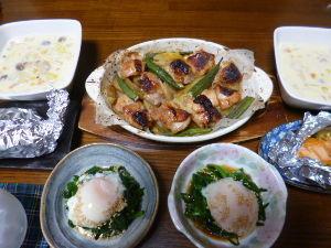 ももの家の晩御飯(´∀`) 25日メニュー  ニラの温玉のせ 鶏肉と野菜のオーブン焼き シチュー 鮭のホイル焼き