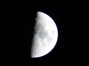 写真の話 初めて撮った月の写真。4メガのカメラしか持っていなかった。