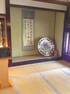 旅の記 床の間に大きな絵皿。  名のある方の作品なんでしょう。