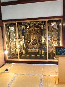 旅の記 太宰家の仏壇。  立派なものです。  太宰治はどのように祀られているのでしょうか?