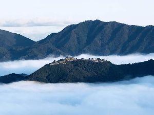 還暦になりました。 おはよう。いい天気ですね。 さて兵庫のFBから但馬立雲峡から見た雲海に浮かぶ竹田城の写真貼らせていた