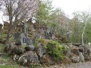 OO町の人気のない喫茶店 画像は信州中野方面に下る途中にある佐久間象山の石碑がある駐車場。 名水が湧き出ていて庭園風のお気に入