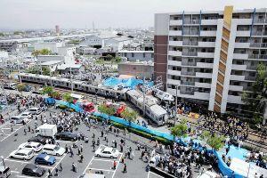 9021 - 西日本旅客鉄道(株) スピード超過の快速電車は脱線後、線路脇のマンション駐車場に激突し大破。 乗客106人が死亡した兵庫県