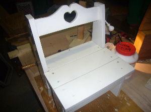 夏休み限定親子木工教室 カントリー風の子供の椅子です。誰でも簡単に作れます。 材料は1×4 2枚でできます。花を