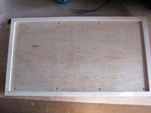 夏休み限定親子木工教室 展示用の箱です。作品が落ちないように8mぐらいの淵を付けてます。パテでビス穴とコーナーの隙間を木工パ