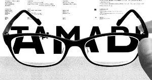 佐野研二郎氏またパクリ疑惑w 私は眼鏡を掛けているので外して親指と人差し指で眼鏡を写真のように持ってみたが出来ない。 明らかに親指