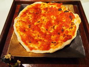 ゆるゆるマクロビオティック生活実践中。 こんな簡単ピザはいかが~?  材料(直径25㎝) 小麦粉100g 塩小さじ1/4 菜種油大さじ1/2