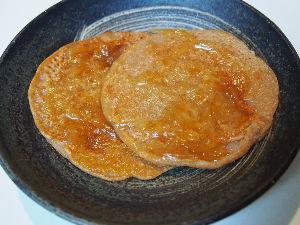 ゆるゆるマクロビオティック生活実践中。 何もおやつがない時にすぐ出来る簡単パンケーキ。 小麦粉に砂糖少々と、塩ひとつまみ、豆乳を適量加えて混