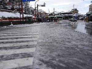 勝手につぶやき三昧。 今日は初詣に京都に 雪がすごい 足を取られて転んで散々・・・ 京都は雪が積もりすぎ