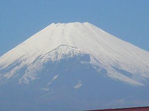 いろいろ写真館~♪♪ こんにちは  今日は春! 青空が輝いて 富士山もきれい!  頂上付近は雪が降ったようで きれいな衣装