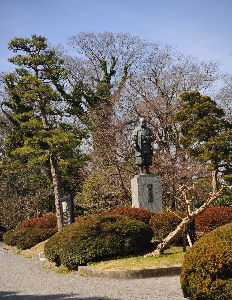 いろいろ写真館~♪♪ 城山さん  岡崎公園の徳川家康公の像です、  岡崎公園も奇麗に成りましたが 昔遊んだ木々ももう忘れた