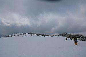 山に登ろう 本栖湖から 竜ヶ岳にハイキング まだまだ雪がビッシリ 登りはジグザグ 帰りは ショートカットで まっ