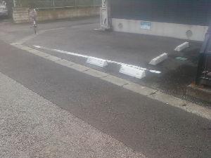 田舎と言えば栃木県 アパート前に駐車ブロックが車停めると道路が車で横にさいぎられてしまう様な位置にある 宇都宮市