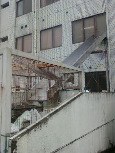 田舎と言えば栃木県 2階窓から滑り台出現 宇都宮市