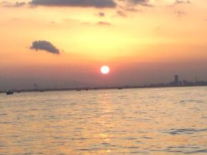 気まぐれ写真館&雑談 初めまして。 綺麗なオレンジ色ですね。  私も先日写した夕焼けです。