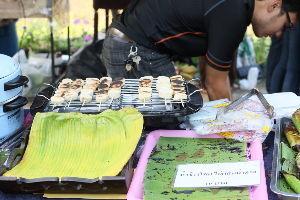 チェンマイ暮らしも慣れました チェンマイ大学の農学部の学生のバナナ焼きとバナナの葉で包んだ蒸かしたもち米の焼き物の販売です
