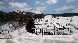 一緒にスキーに行きませんか♪o(^▽^)o いや~、風が強くてゴンドラは運休、リフトも頂上にいくやつは午後から運休。 ゲレンデはアイスバーン状態