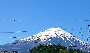 雑談広場 良い天気です。(*^_^*) 我が家から見た富士山もご機嫌がよろしく感じる。 以前も同じような写真を