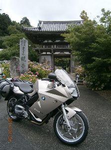 ツーリング(^-^)最高! あじさい寺に行ってきました。 カッパを着るほどではない雨の中を大阪の友達と一緒に詣でてきました。 女