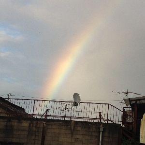 斑鳩町近辺に住んでる人いますか? 虹、発見! 天気が不安定なせいで、きにしていればこの時期、良く見れそうです。 でも、仕事中にぽけ〜っ