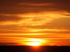 夕陽が好きだと言ってたね はい、元画像です。 この元画像に山を重ねただけですね。