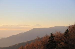 。。。あ!。。ら?50代!!(*^_^*) こっちは先日登った入笠山からの朝焼けの富士山 今日は北横岳で標高は入笠山より高い2480メートルです