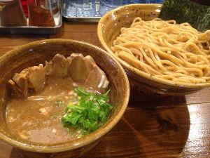 2文字しりとり 【つけ麺】   麺をつゆにつけて食べるスタイルの麺類。  次は「めん」でお願いします。