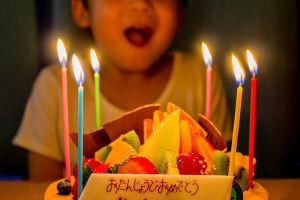 2文字しりとり 【ろうそく】    誕生日祝いのケーキに刺したり、  仏壇で灯したり。  これで明かりを取るというの