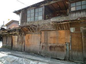 味気ない県民 こんぴらさん観光に行って来ました。観光の目抜き通りに「ゴミ屋敷」がありました。しかも公共河川の上に建