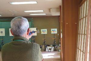吹矢でゴルフボール落とし 徳島市の原田義生さんの投稿です。カーボンダーツを吹いています。