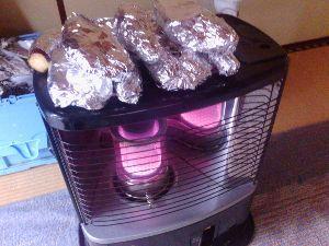 鹿児島大隅半島に お住まいで60才以上の方。 今朝は、雨だし 寒いし    バツタイ ノサン・・・・・   ストーブに火をつけて      焼き芋
