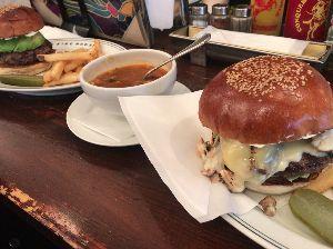 9984 - ソフトバンクグループ(株) 某富裕層投資家の粋な昼飯🐵💕    今まで食べたハンバーガーで最高だと思う、本郷三丁目のお店にて🐵✨