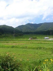 お疲れ様 2 今年の夏の終わりの思い出に、東北地方の山あいにドライブに行って来ました。 夏らしい緑の山々や田んぼに