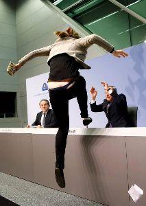 欧州中央銀行(ECB) 抗議したのはハンブルク出身の21歳の大学生だと報じている。AP通信によると、この女性は、 緊縮政策に