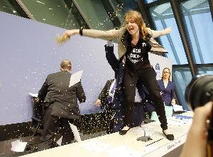 欧州中央銀行(ECB) 机の上に突然飛び乗ってきた彼女にドラギ総裁は驚き、恐怖を感じたことでしょう。 彼女がテロリストでなく