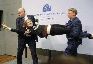 欧州中央銀行(ECB) ジャーナリストだという偽の身分証明を持って、 荷物検査などのセキュリティー・チェックを簡単に通過して