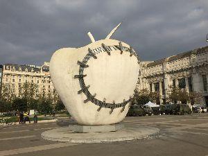ひつまぶし 株はお休みにして、ミラノに来たらアップルマークの食いかけ修復のオブジェがあった