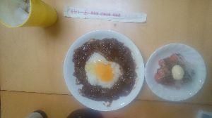 ✿✿✿✿✿✿ い や し、い や さ れ・・ 此方  昨日、自炊  ハヤシ・ライス、3回分  ゆくり、ゆくり、食べる  生卵を、のせて・・・  🌺