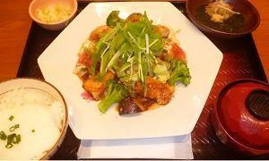 2705 - (株)大戸屋ホールディングス 「鶏むね肉とたっぷり野菜の香辛だれ定食」 とろろご飯あかもく小鉢をつけて頂いてきました 見た目より竜