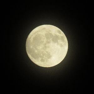 趣味お持ちの方  こんにちは。 私もお月様、撮りました。パワーショットですけど…。 さすが、さわさん。手