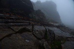 趣味お持ちの方  今晩は。  1番は何と言っても大雨と強風の早池峰山ですよ。 此の条件の中で梯子を上り下るのはかなりで