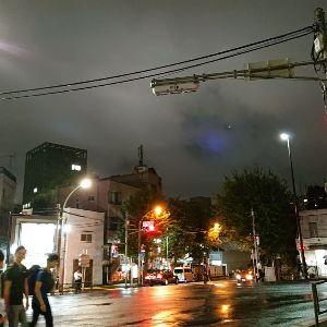UFOを目撃された方、情報を集めています。 昨日、東京、早稲田交差点で、19:30頃雨降り、雲の隙間に真っ青な色が広がっていて、珍しいので写メ採