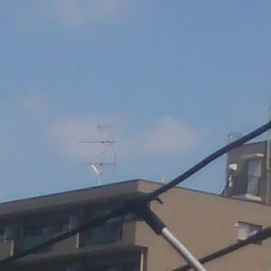 UFOを目撃された方、情報を集めています。 2017/04/25  AM09:27 テレビアンテナに、張りつく光る物体です。動画撮影もしました!