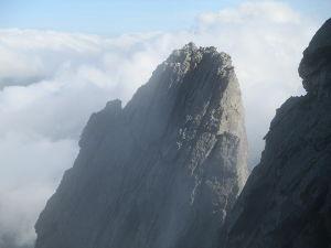 山に登ろう!! 槍ヶ岳の山頂に登っている時  小槍に登ってらっしゃる方がいました。  いつかは小槍にも登ってみたいで